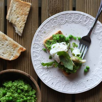Poached Egg on Crouton with Green Pea Purée and Mint