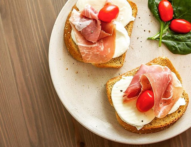 C O N C O U R S 📷🙆🏼 Prosciutto + bocconcini sur notre pain avoine & sésame est si délicieux et simple ! Quelle est votre recette préférée avec notre pain? Partagez la avec nous en photo #fousdelabouffe et vous pourriez gagner un prix d'une valeur de 1600$ au @ateliersetsaveurs || C O N T E S T : Prosciutto + bocconcini on our oat & sesame loaf is so simple yet delicious! What's your go-to recipe with our bread? Share it with is with a picture #funforfoodies & you could win a prize worth 1600$ at @ateliersetsaveurs ! 👌🏻🍞📷🙆🏼🍅 #fousdelabouffe #funforfoodies #StMethode #Campagnolo #Italian #Foodies #Contest